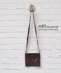 Καφέ δερμάτινη τσάντα με απλικέ λουλούδια 002208a
