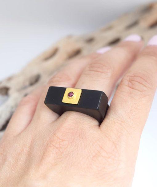 Δαχτυλίδι Plexiglas με επίχρυσο στοιχείο & γρανάτη 002537a (3)