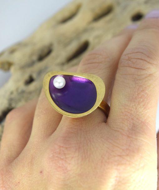 Δαχτυλίδι επίχρυσο με μοβ σμάλτο & μαργαριτάρι 00256232a (2)