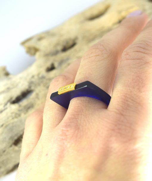Δαχτυλίδι Plexiglass με επίχρυσο στοιχείο & ζιρκόν Μπλε 0025621a (2)