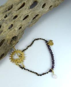 Βραχιόλι έθνικ με μεταλλικά στοιχεία & μοβ πέτρες 0025612a (1)